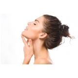 aplicação de enzimas no rosto